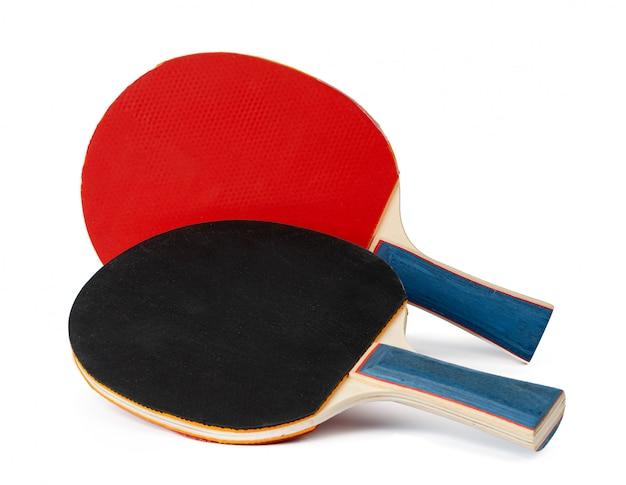 Zwei tischtennisschläger lokalisiert auf weißem hintergrund