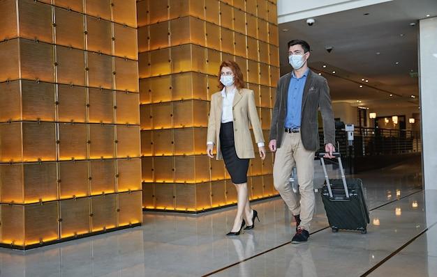 Zwei touristen befolgen die hygienevorschriften während der pandemie