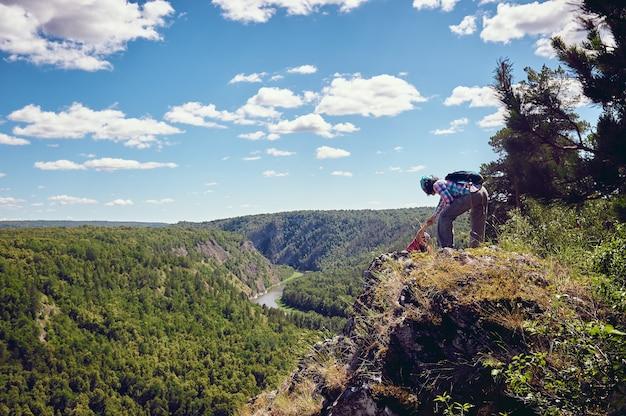 Zwei touristen kletterten mit blick auf das tal nach oben
