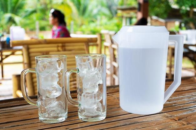 Zwei transparente gläser mit eis in einem sommercafé. gläser mit eis ohne wasser