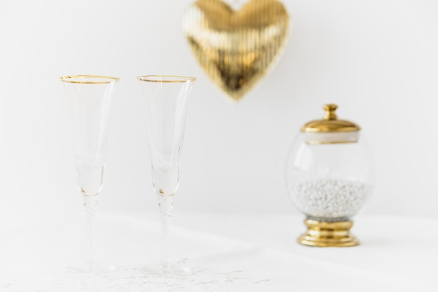 Zwei trinkende gläser und mundreiniger im glasbehälter auf tabelle