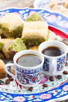 Zwei türkische tassen schwarzen kaffee mit süßigkeiten