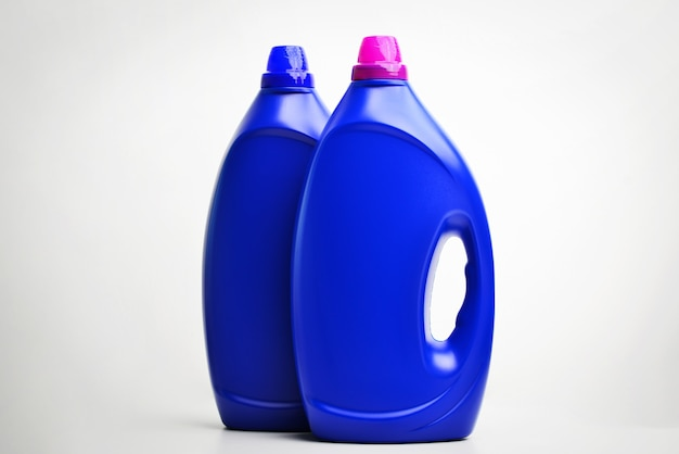 Zwei über weiß isolierte reinigungsmittel