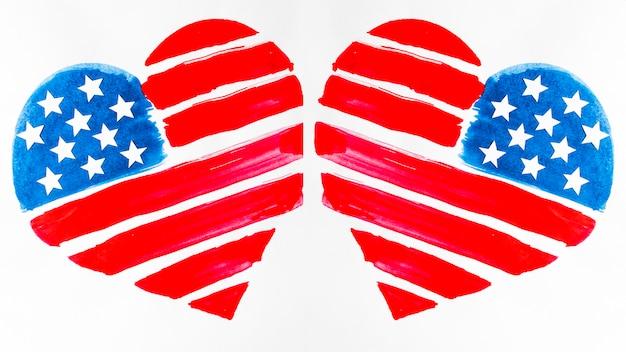 Zwei usa-flagge gemalte herzformen auf weißem hintergrund