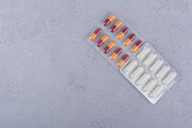 Zwei verschiedene packungen medikamente auf marmoroberfläche. foto in hoher qualität