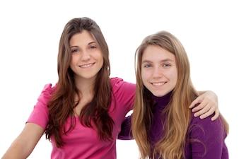 Zwei verschiedene Schwestern lächelnd
