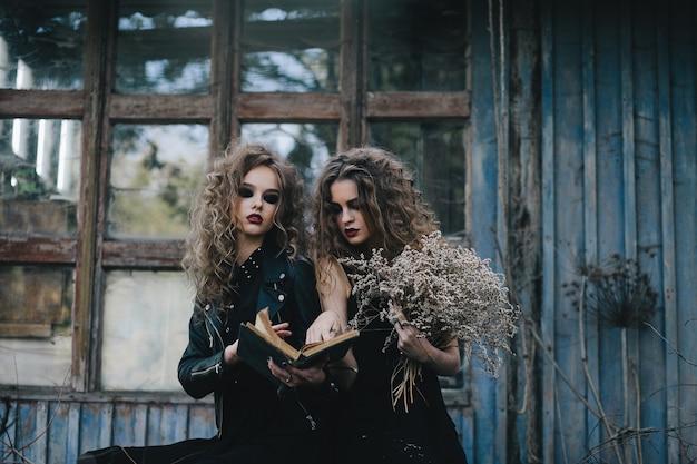 Zwei vintage-hexen versammelten sich für den sabbat-vorabend von halloween