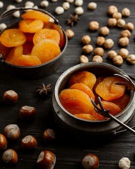 Zwei vintage-schalen mit getrockneten aprikosen