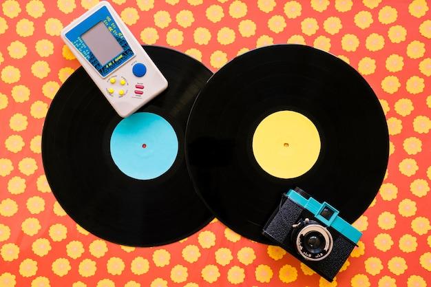 Zwei vinyls mit konsole und kamera