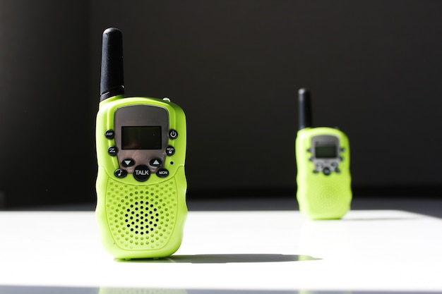 Zwei walkie-talkies auf einem weißen tisch