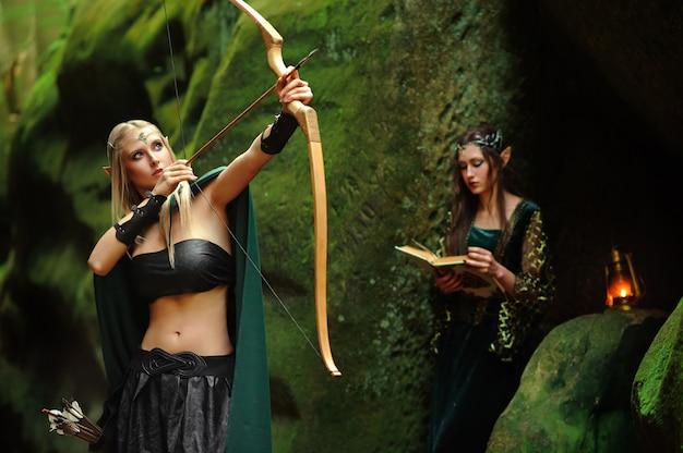 Zwei weibliche elfen, die im wald gehen