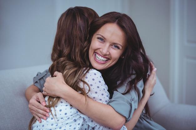 Zwei weibliche freunde, die sich umfassen