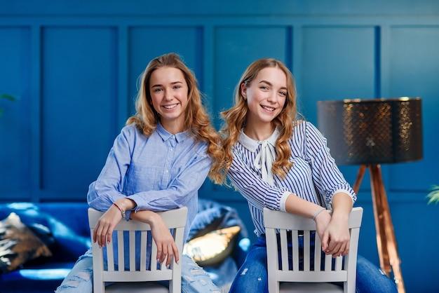 Zwei weibliche schönheitsblogger posieren