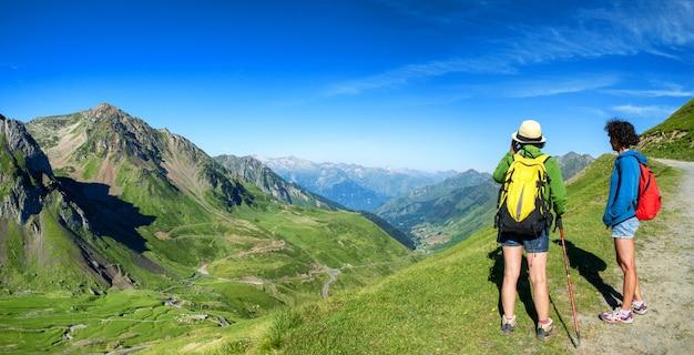 Zwei weibliche wanderer auf den spuren des pic du midi de bigorre in den pyrenäen