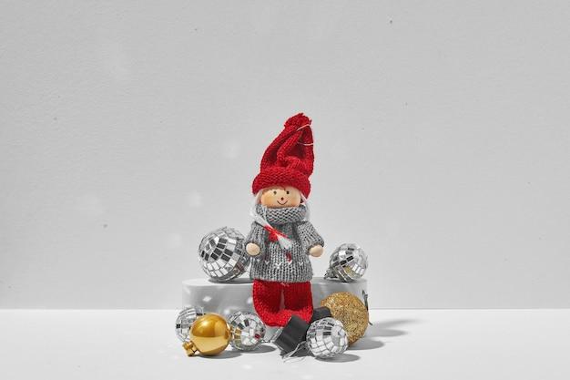 Zwei weihnachtselfen sitzen zusammen auf weißem hintergrund. minimales weihnachtskonzept der liebe