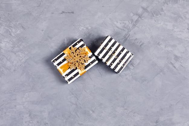 Zwei weihnachtsgeschenkboxen.