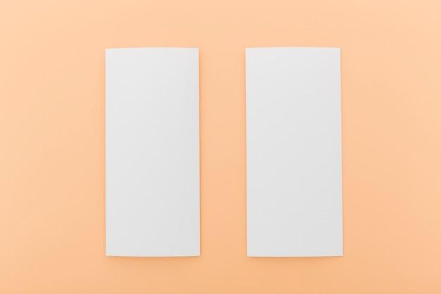 Zwei weiße broschüren