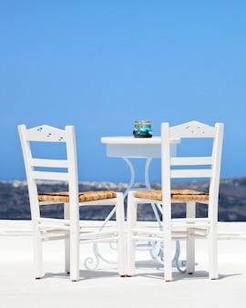 Zwei weiße stühle in santorini