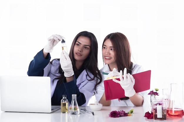 Zwei wissenschaftler, die experimente im labor durchführen