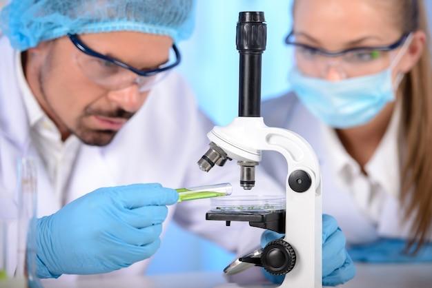 Zwei wissenschaftler forschen in einer laborumgebung