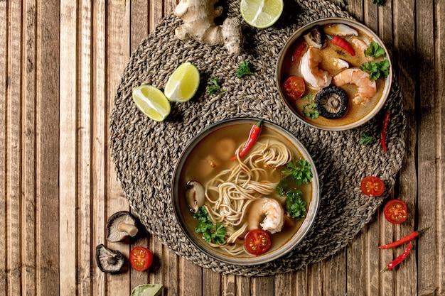 Zwei würzige asiatische suppen