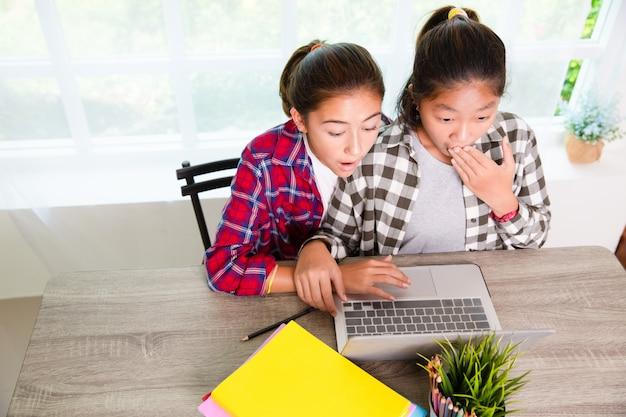 Zwei youngster suchen computerbildschirm und überrascht, frustriert oder enttäuscht von ärger