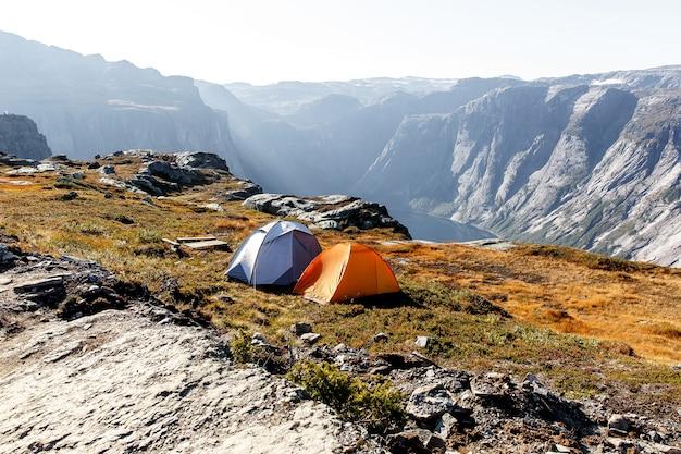Zwei zelte in den norwegischen bergen.