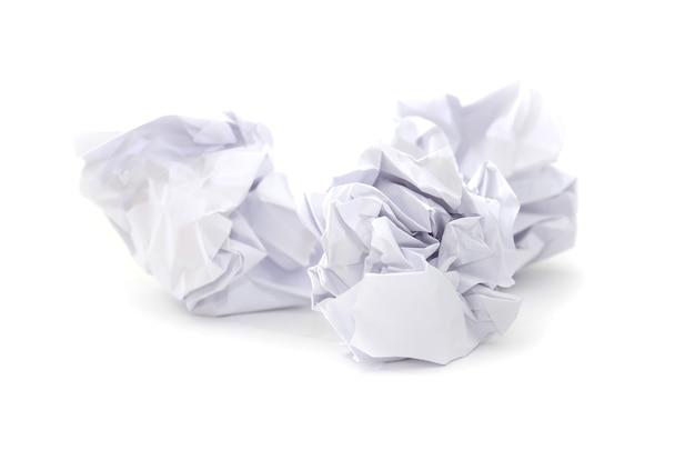 Zwei zerknitterte papierkugeln auf weiß