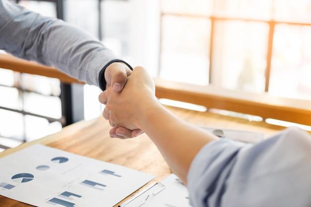 Zwei zuversichtlich geschäftsmann händeschütteln während eines treffens im büro, erfolg, handel, gruß und partner-konzept