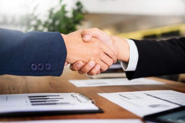 Zwei zuversichtlich geschäftsmann händeschütteln während eines treffens im büro, erfolg, handel, gruß und partner-konzept.