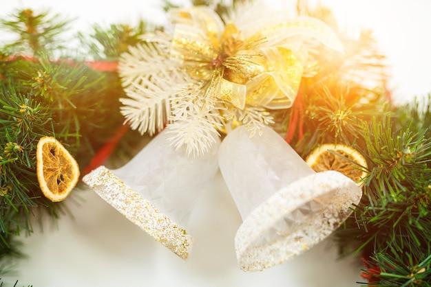 Zwei zwei glocken auf einem weihnachtszweig