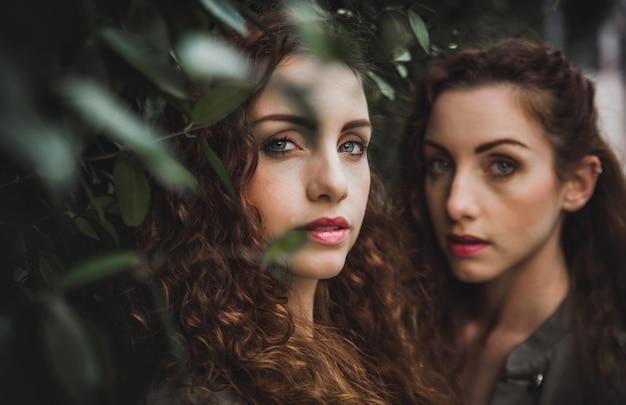 Zwei zwillingsschwestern verbringen zeit miteinander