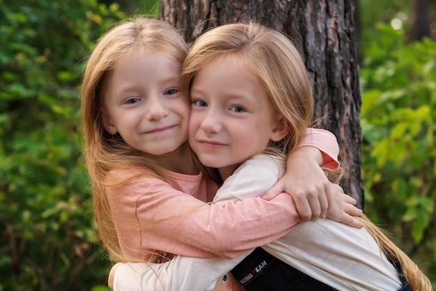 Zwei zwillingsschwestern zusammen glücklich