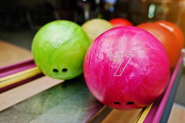 Zweifarbige bowlingkugeln der nummern 7 und 6. kinderball zum bowling