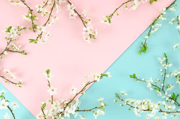 Zweifarbiges sommerhintergrundrosa und -minze mit grenzanordnungs-blütenbaumasten.