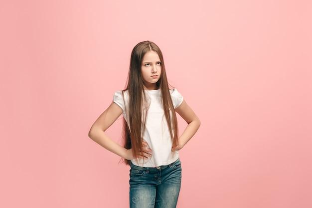 Zweifel konzept. zweifelhaftes, nachdenkliches teenagermädchen, das sich an etwas erinnert. menschliche emotionen, gesichtsausdruckkonzept. teenager posiert auf rosa wand