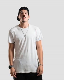 Zweifelhafter und verwirrter junger rapper-mann, denkend an eine idee oder besorgt über etwas