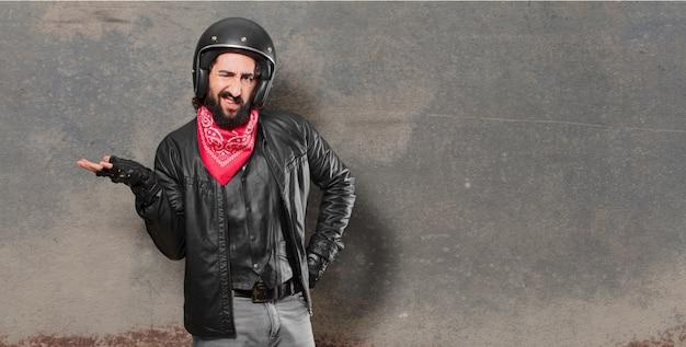Zweifelnder motorradfahrer verwirrt