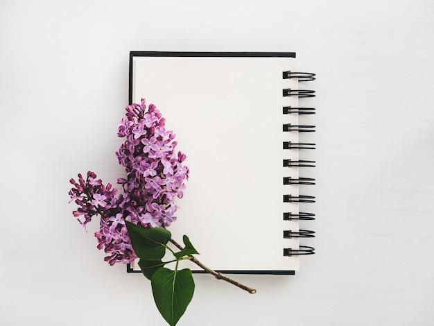 Zweig der hellen flieder und der leerseite des sketchbooks