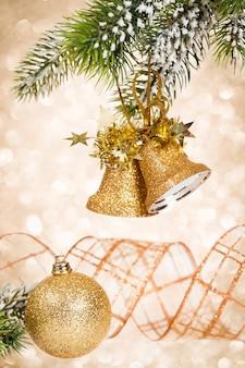 Zweig des geschmückten weihnachtsbaums gegen lichterhintergrund