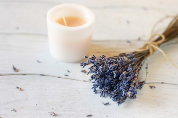 Zweig getrockneter lavendel auf einem holztisch