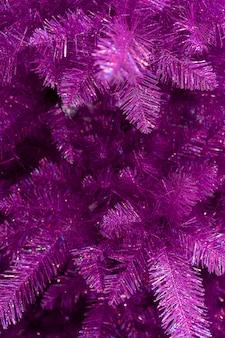 Zweige der fichte. lila weihnachtsbaum.