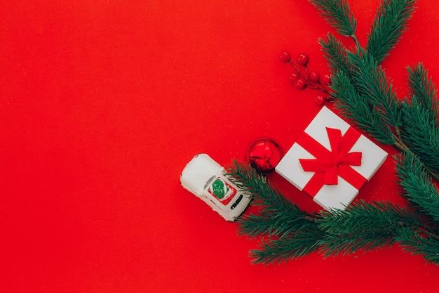 Zweige eines weihnachtsbaumes mit geschenk- und kopienraum