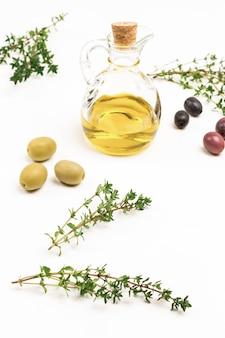 Zweige thymian und oliven, flasche öl. draufsicht.