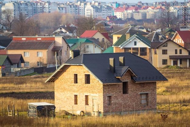 Zweigeschossiges wohnhaus im bau mit stadtansicht hinten