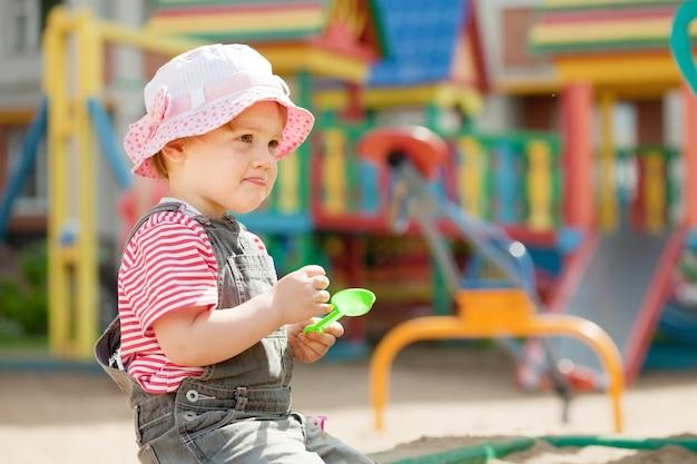 Zweijähriges kind auf dem spielplatz