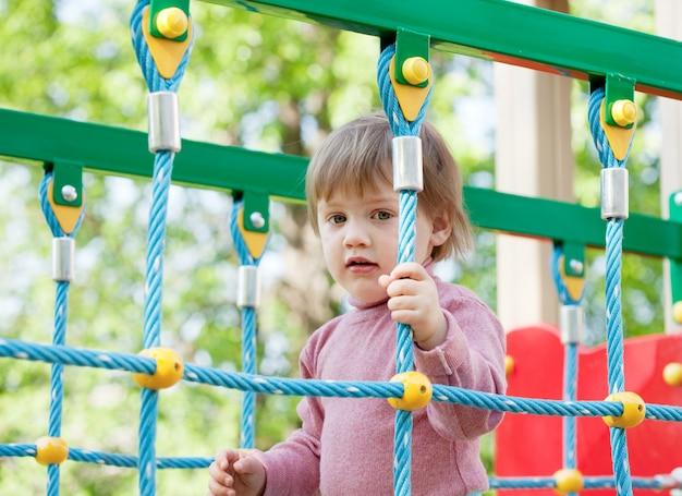 Zweijähriges kind auf spielplatz