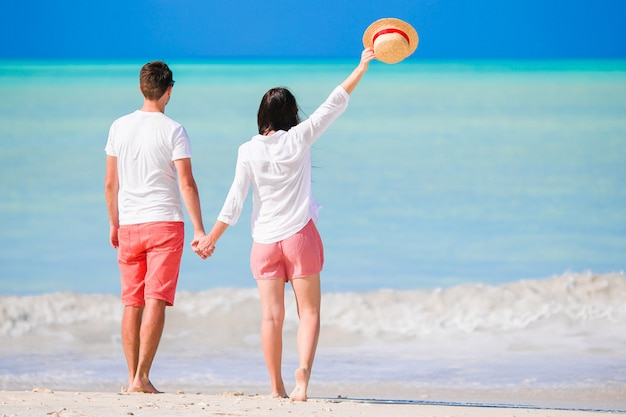 Zweiköpfige familie im strandurlaub