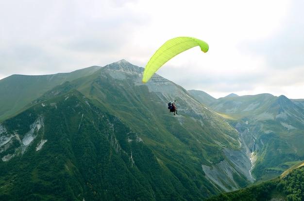 Zweisitzer-gleitschirmfliegen über den kaukasus-gebirgszügen, gudauri, georgia