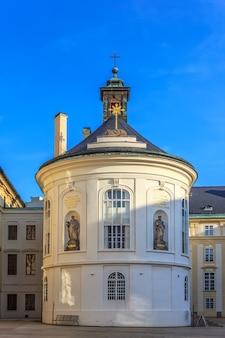 Zweiter hof der prager burg und der st.-kreuz-kapelle.
